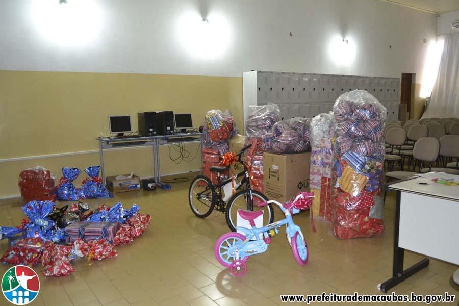Prefeitura em parceria com o comércio fez a alegria da criançada com entrega de presentes
