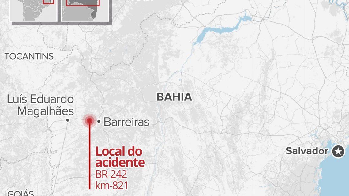 Batida entre três carretas deixa três mortos na BR-242 e pista é interditada; criança é uma das vítimas