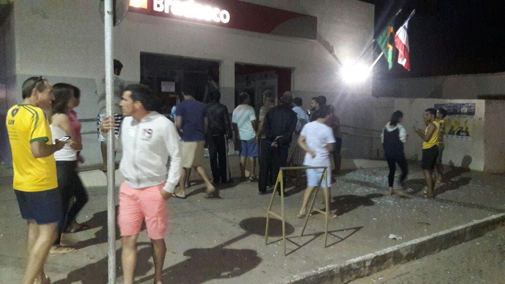 Bando ataca banco em Piatã; caixas foram explodidos e parte da agência ficou destruída