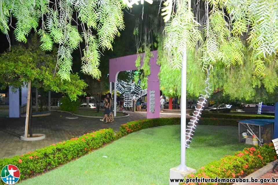 Magnífica Ornamentação Natalina Encanta Moradores e Visitantes em Macaúbas