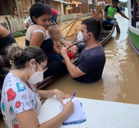 Com cheia de rio, médico  atende bebê dentro da água no Acre